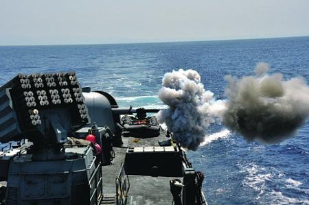 """Израильский корвет УРО типа """"Саар 4.5"""" ведет огонь из 76-мм корабельной артустановки """"Ото Мелара"""". Фото со страницы ВС Израиля в Flickr"""