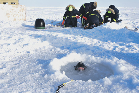Торпеда, даже учебная, – вещь не из дешевых. Поэтому, чтобы достать учебные торпеды из воды в ледовом плену Арктики, приходится проводить настоящую спецоперацию.