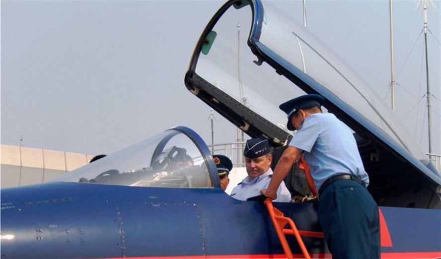 Начальник штаба ВВС США бригадный генерал Марк А. Уэлш-третий (Mark A. Welsh III) в кабине истребителя J-10. Октябрь 2013г.
