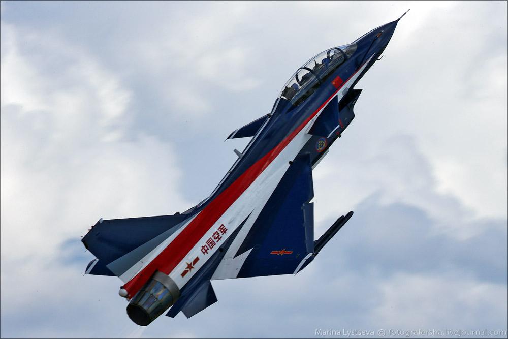 """Истребитель J-10 из китайской пилотажной группы """"1 августа"""" во время генеральной репетиции МАКС-2013 26 августа 2013г."""
