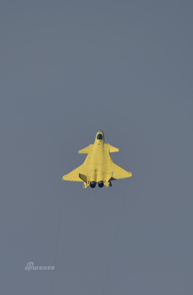 Истребитель J-20 с желтой окраской без бортового номера.