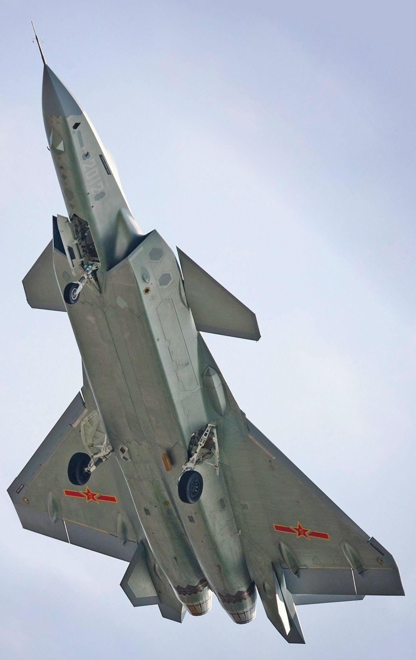 Прототип китайского истребителя J-20 (б/н 2012) с линзой Люнеберга. Данное устройство предназначено для увеличения радиолокационной сигнатуры самолета.