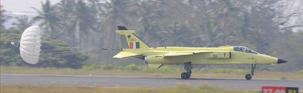 Первый истребитель-бомбардировщик ВВС Индии Jaguar IS (бортовой номер JS163), модернизированный по программе DARIN.
