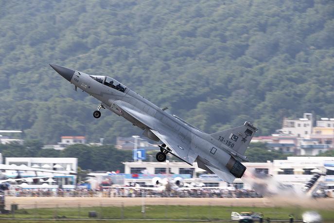 Истребитель-бомбардировщик китайско-пакистанской разработки JF-17 Thunder.
