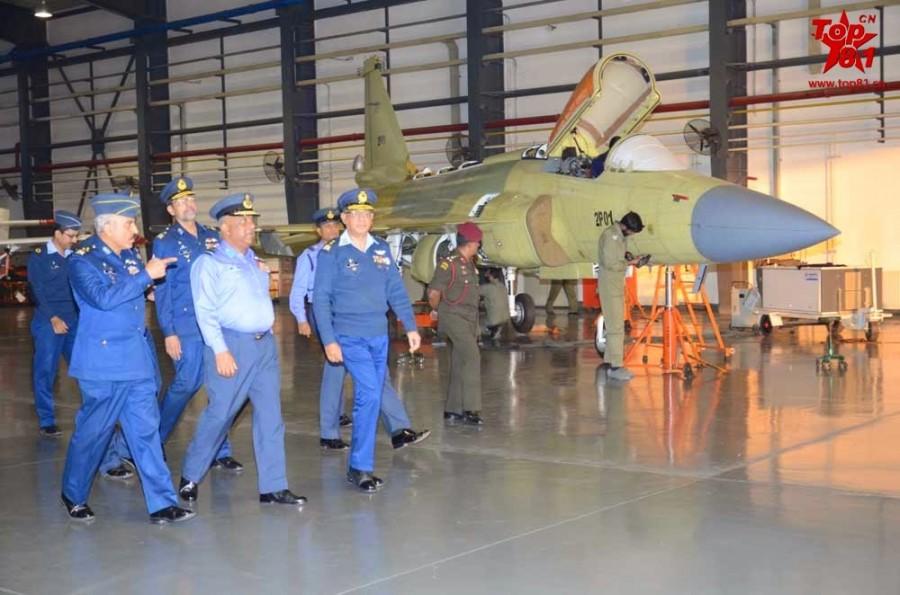 Первый образец модифицированного варианта легкого истребителя китайско-пакистанской разработки JF-17 Block 2 (серийный номер 2Р01) на пакистанском авиастроительном предприятии Pakistan Aeronautical Complex (PAC) во время демонстрации делегации ВВС Шри-Ланки. Камра, 27.11.2014.