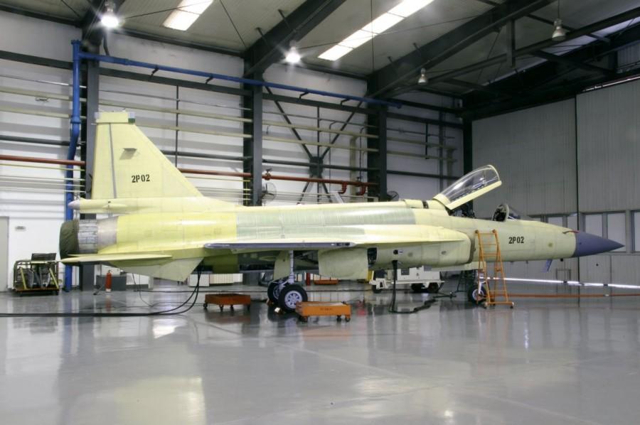 Второй экземпляр модифицированного варианта легкого истребителя китайско-пакистанской разработки JF-17 Block 2 (серийный номер 2Р02) на пакистанском авиастроительном предприятии Pakistan Aeronautical Complex (PAC). Камра, 19.02.2015.