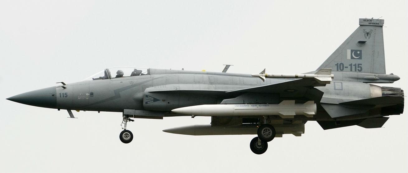 Истребитель JF-17 ВВС Пакистана, оснащенный двумя сверхзвуковыми ПКР CM-400AKG.