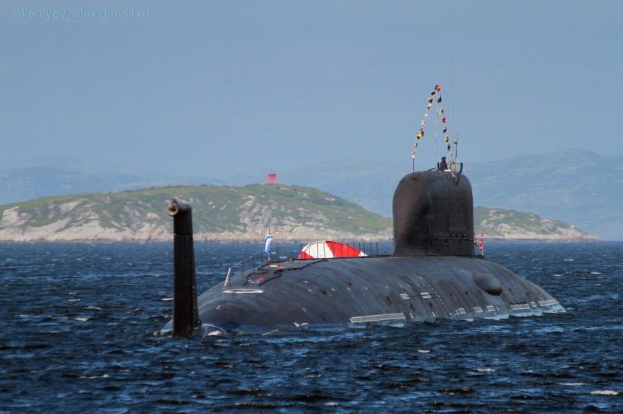 """Атомная подводная лодка К-560 """"Северодвинск"""" проекта 885 на рейде Североморска."""