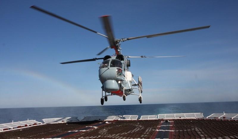 Посадка вертолета Ка-27 на кормовую площадку корабля.
