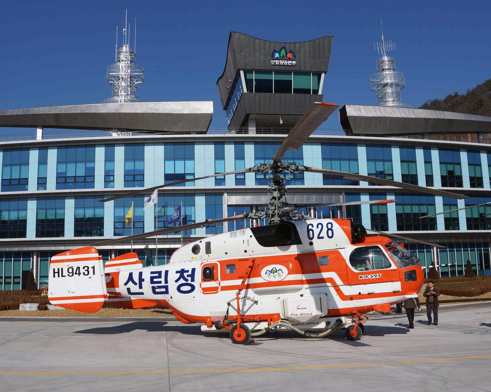 Транспортный и поисково-спасательный вертолет Ка-32Т.