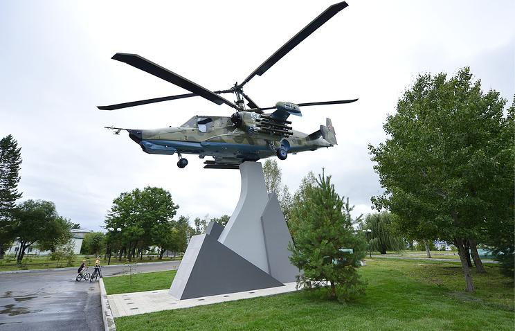 """Памятник боевому вертолету Ка-50 """"Черная акула"""" в приморском городе авиастроителей Арсеньеве."""