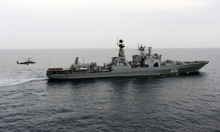 """Боевой вертолет Ка-52 """"Аллигатор"""" во время посадки на палубу противолодочного корабля """"Вице-адмирал Кулаков""""."""