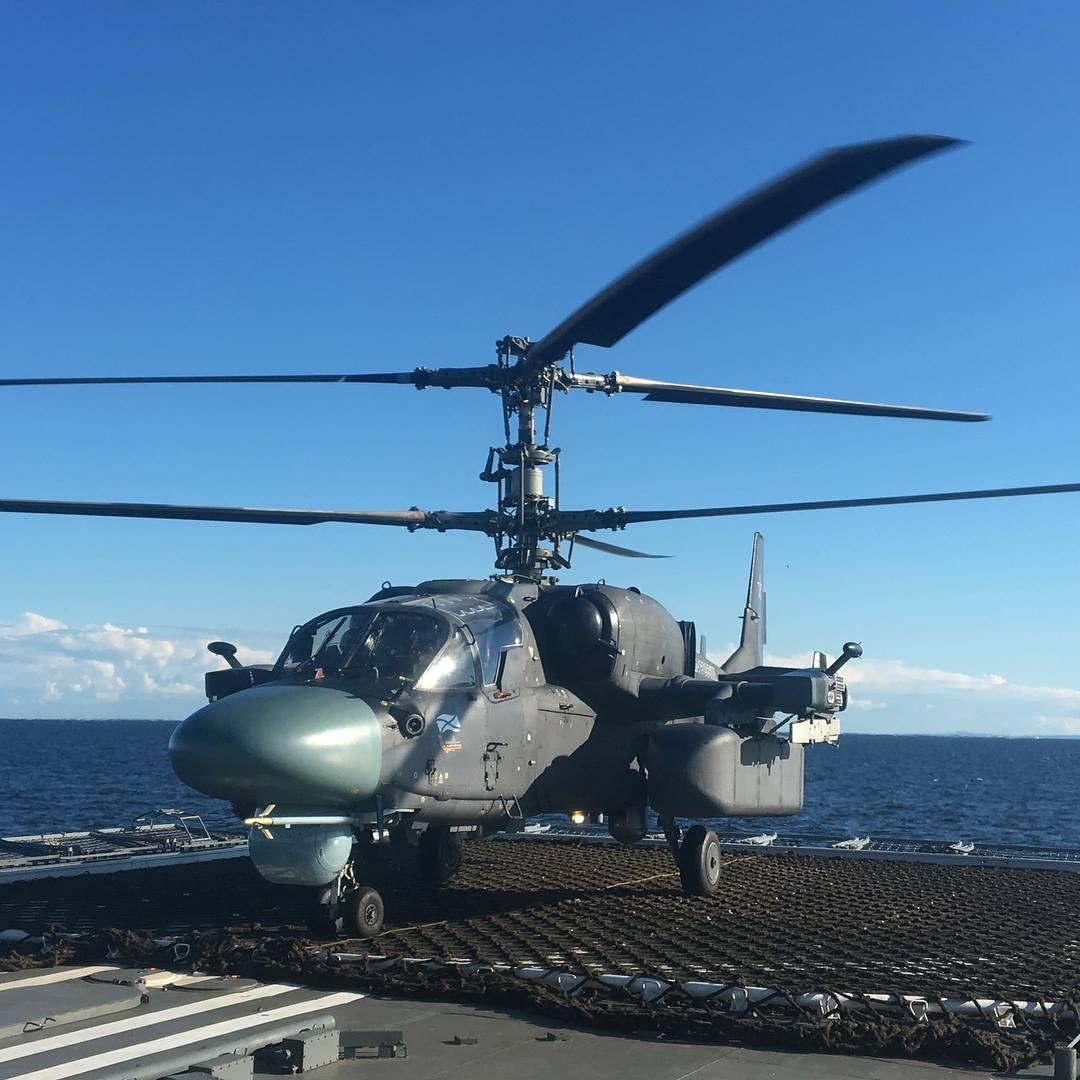 """Вертолет Ка-52К предсерийной партии на борту продолжающего Государственные испытания головного фрегата проекта 22350 """"Адмирал Флота Советского Союза Горшков"""" в Финском заливе."""