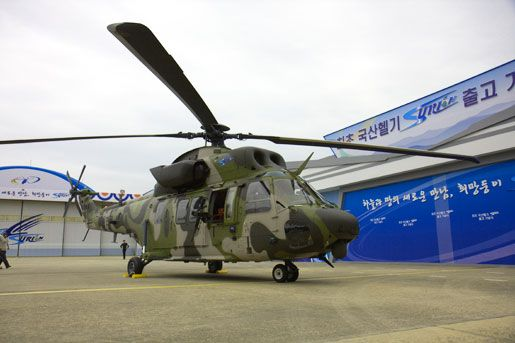 Вертолет Surion выполнен по одновинтовой схеме с четырехлопастными несущим и рулевым винтами. Он оснащен двумя ГТД General Electric T700-GE-701K мощностью 1780 л.с. и убирающимся шасси. Максимальная взлетная масса вертолета – 8700 кг. В стандартном варианте Surion рассчитан на перевозку 13 человек, включая двух летчиков. Расчетная максимальная скорость – около 280 км/ч, дальность полета – 450 км, динамический потолок – 4000 м. Источник: helicopter.su.