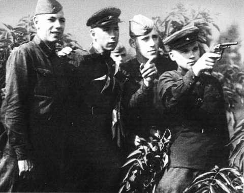 Михаил Калашников на учебных стрельбах в танковой школе. 1939 г.