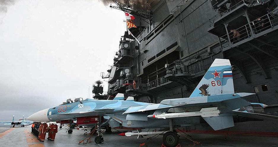 """Истребители """"Су-33"""" на борту авианесущего крейсера """"Адмирал флота Советского Союза Н.Г. Кузнецов""""."""