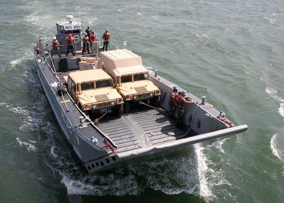 """Катер LCM-8 с двумя """"хамви"""" на борту."""