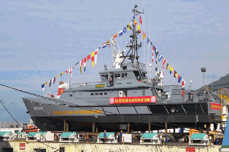 Один из больших сторожевых катеров проекта Damen Stan Patrol 4207, построенных на вьетнамском судостроительном предприятии Song Thu Corporation для пограничной охраны Вьетнама, перед спуском на воду. Дананг, 18.01.2018.