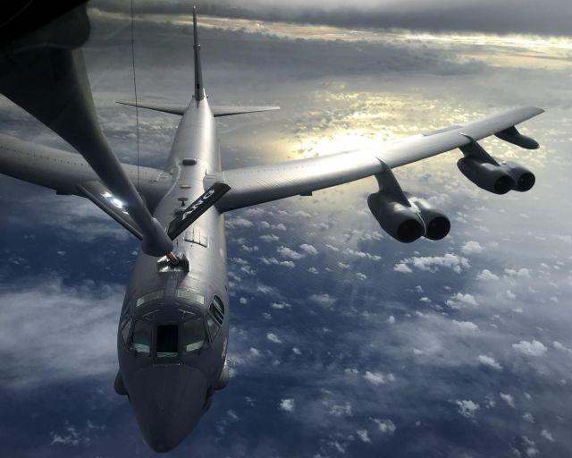 KC-135 заправляет в воздухе B-52