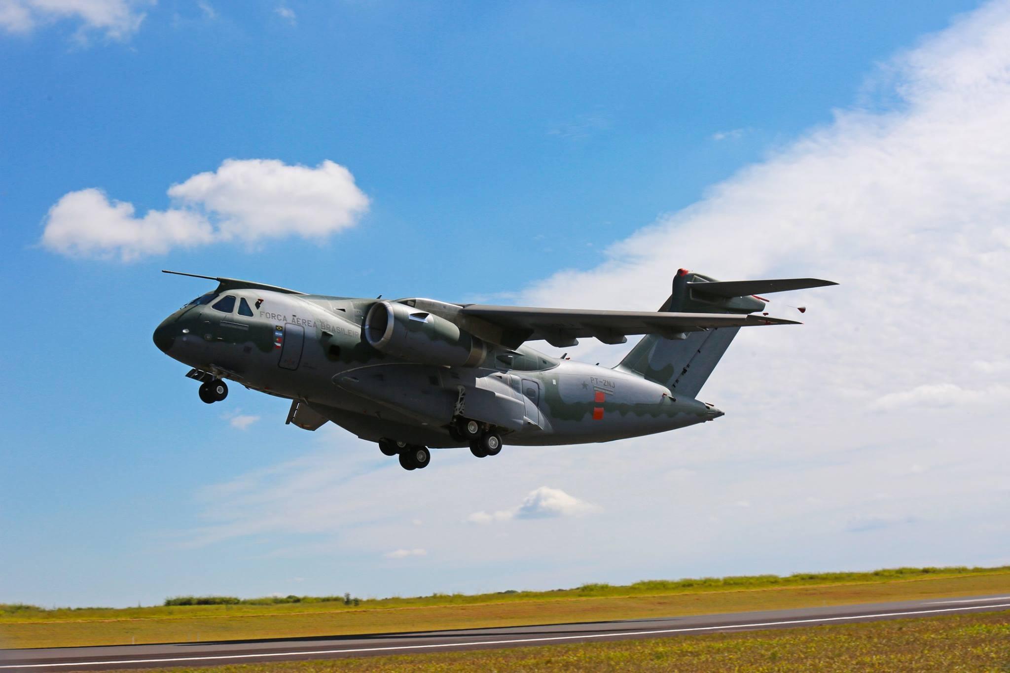 Второй опытный образец бразильского среднего транспортно-заправочного самолета КС-390 (регистрация PT-ZNJ) в первом полете. Гавиан-Пейшоту, 28.04.2016.