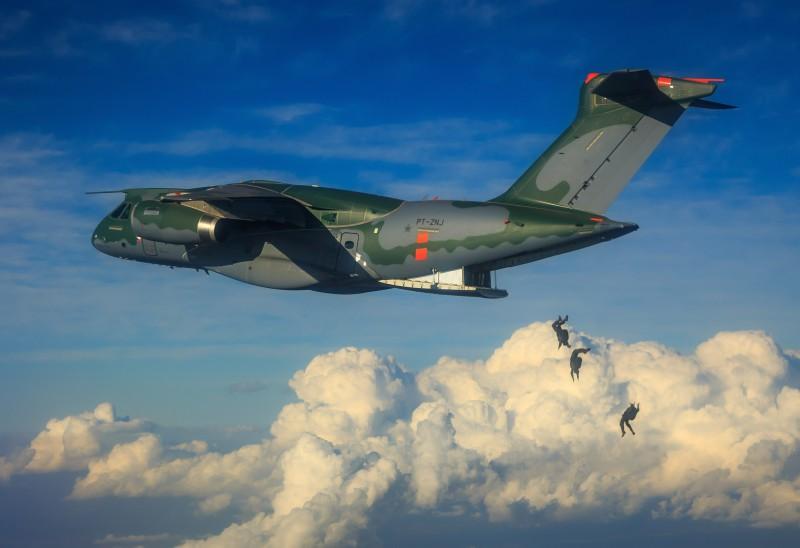 Сброс войск с ВТС KC-390.