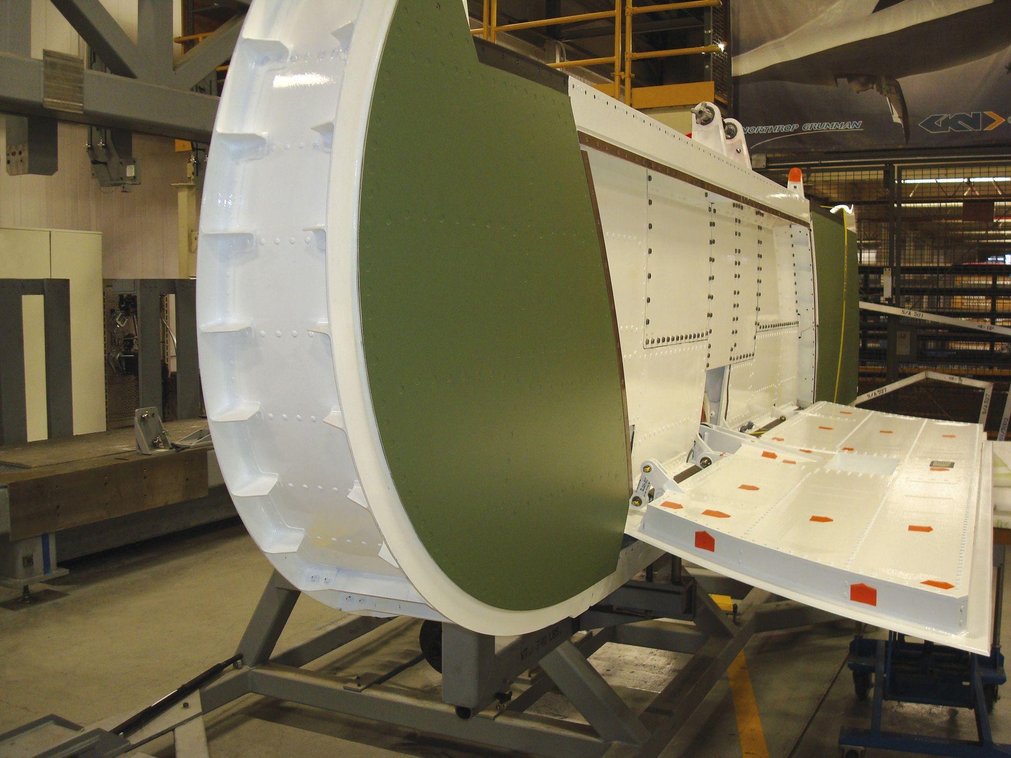 Кессон консоли крыла X-47B. Хорошо виден интерцептор. Направление полёта - вниз по изображению.