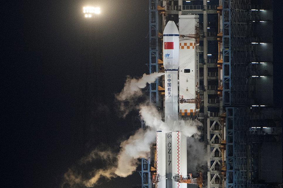 """Китайская ракета-носитель """"Великий поход 7"""" с грузовым космическим кораблем Тяньчжоу-1."""