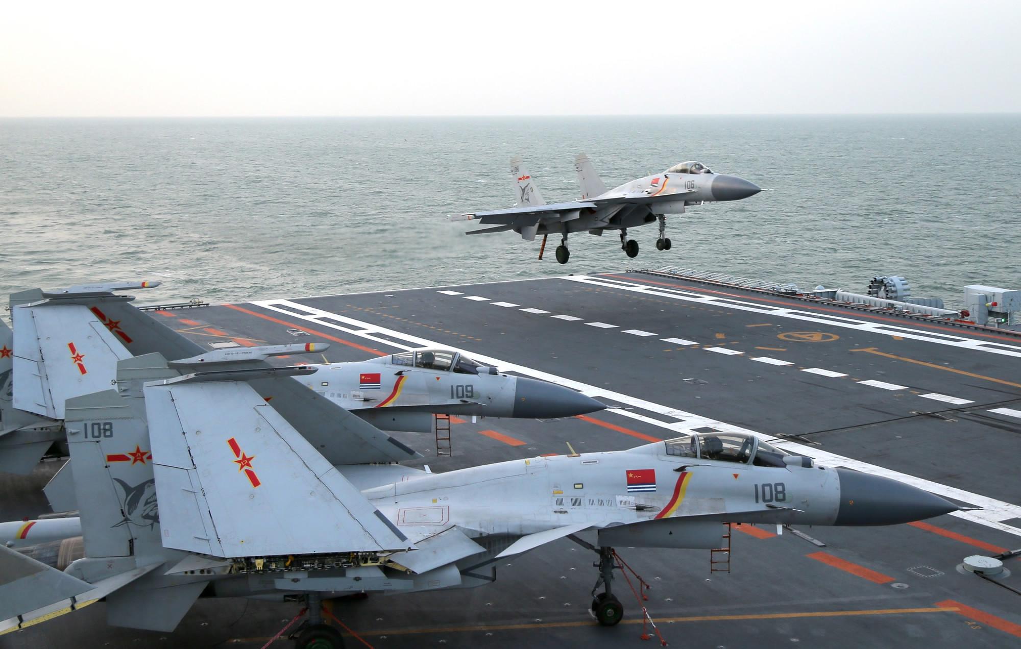 """Полеты китайских корабельных истребителей J-15 на первом китайском авианосце """"Ляонин"""" (Liaoning), ноябрь 2016 года."""