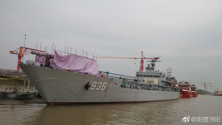 """Китайский десантный корабль """"Хайяншань"""" с установленной электромагнитной пушкой (рельсотрон)."""