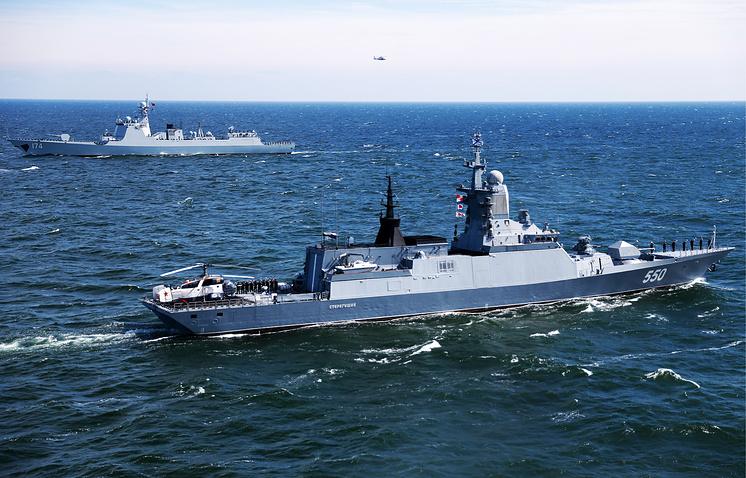 """Китайский эсминец """"Хэфэй"""" и корвет """"Стерегущий"""" (слева направо) во время российско-китайских военно-морских учений."""