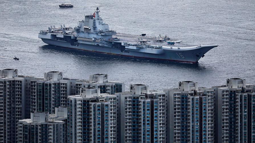 """Китайский авианесущий крейсер """"Ляонин"""" в Гонконге, июль 2017 года."""