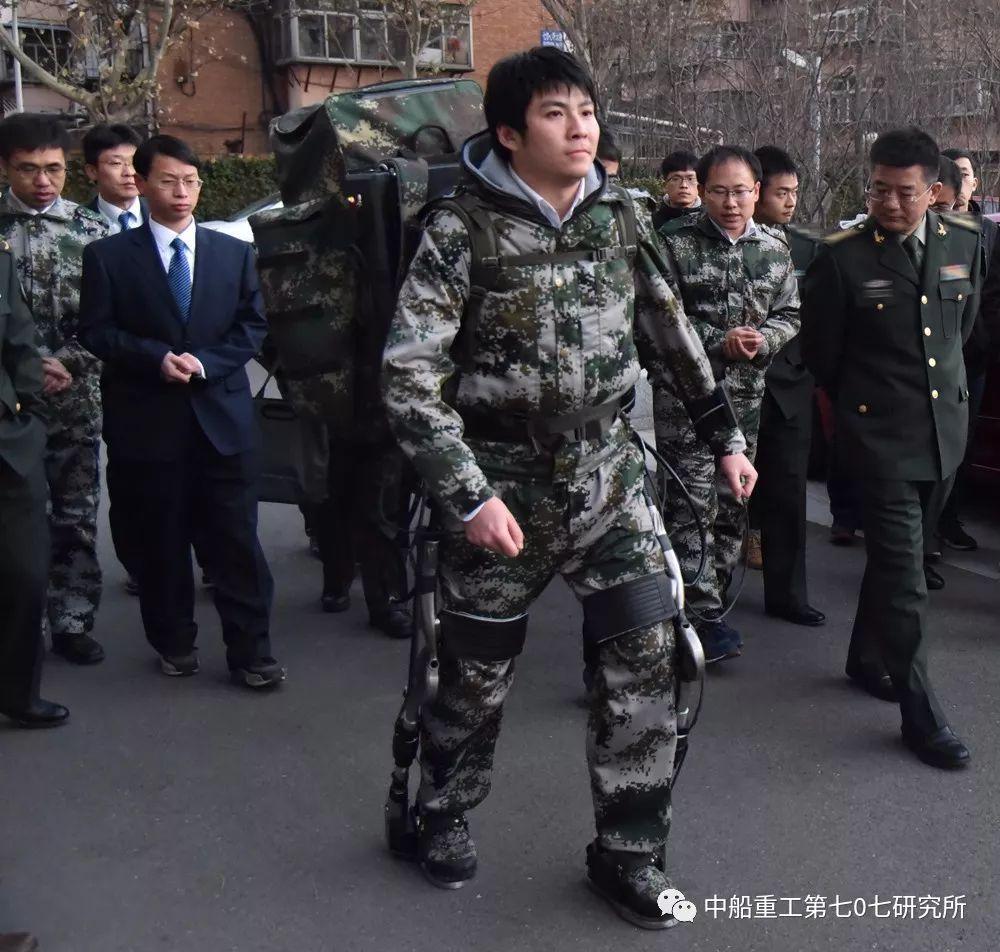 Китайский экзоскелет-робот.