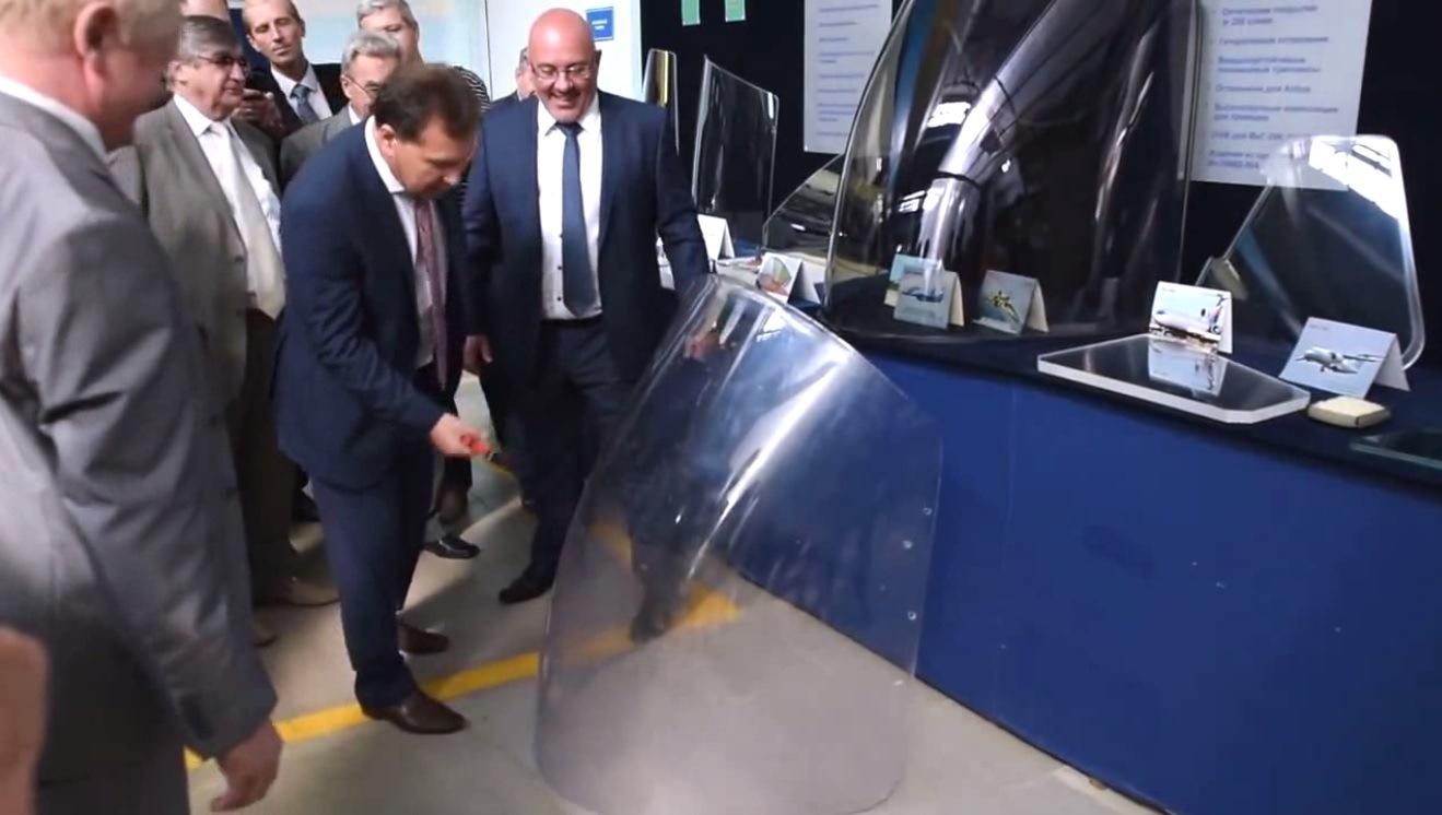 Заместитель председателя комиссии Юрий Михайлов испытывает на прочность гетерогенное изделие из стекла для вертолета Ка-62.