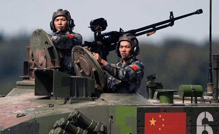 Команда Китая во время соревнований по танковому биатлону.