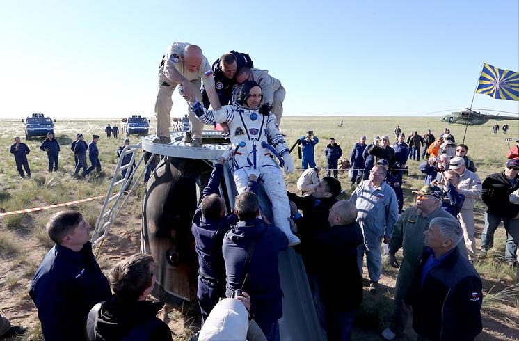 """Командир ТПК """"Союз МС-07"""" Антон Шкаплеров (в центре) после посадки спускаемой капсулы."""