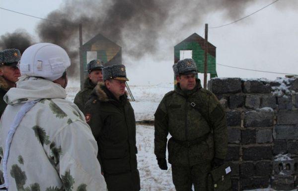 Командующий войсками Центрального военного округа Александр Лапин (в центре)