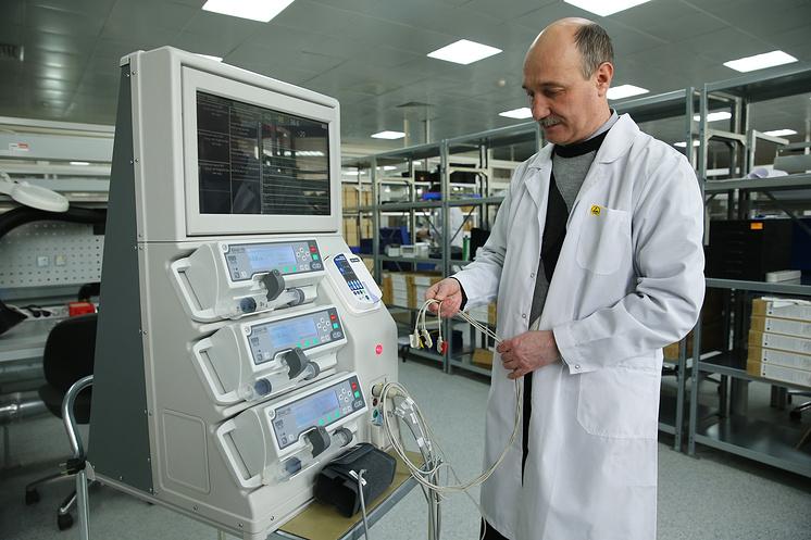 """Инженер НПО """"Сплав"""" демонстрирует стационарный комплекс """"Ангел""""."""