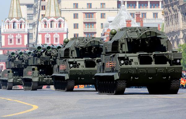 """Комплексы """"Тор-М2У"""" и """"Бук-М2"""" во время военного парада на Красной площади"""