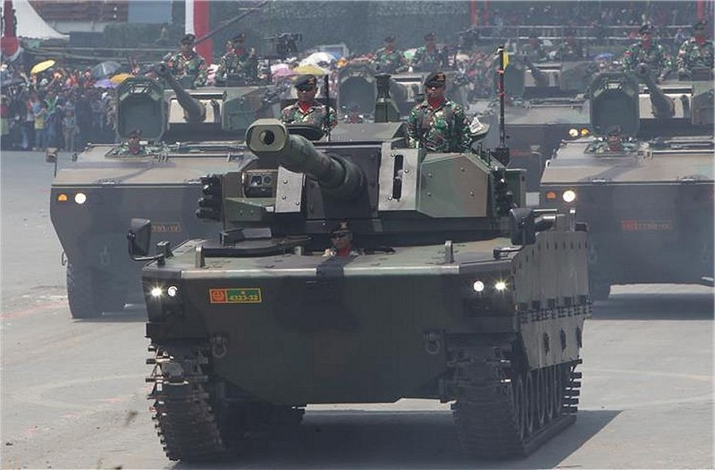"""Комплектный опытный образец """"среднего"""" танка Kaplan MT турецко-индонезийской разработки на военном параде в честь 72-летия вооруженных сил Индонезии в Чилегоне (провинция Бантен, Ява), 05.10.2017."""
