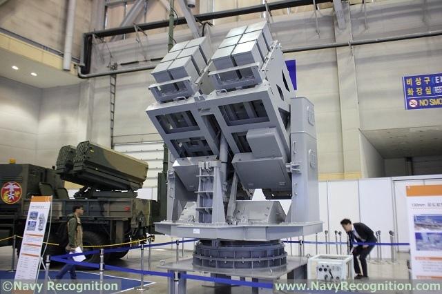 Составляющая главное вооружение катеров типа РКХ-В корабельная 12-зарядная пусковая установка 130-мм корректируемых ракет, разработанная южнокорейскими компаниями LIG Nex1, Hanwha и Doosan DST, в экспозиции военно-морской выставки MADEX-2017 в Пусане, октябрь 2017 года.