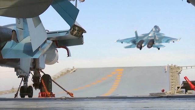 """Корабельный истребитель Су-33 ВКС России во время взлета с палубы тяжелого авианесущего крейсера """"Адмирал Кузнецов"""""""
