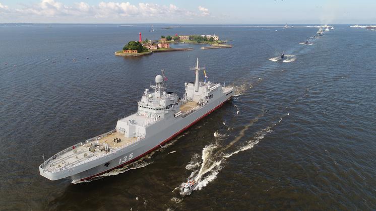 """Корабль """"Иван Грен"""" в акватории Кронштадта во время главного военно-морского парада в честь Дня ВМФ РФ."""