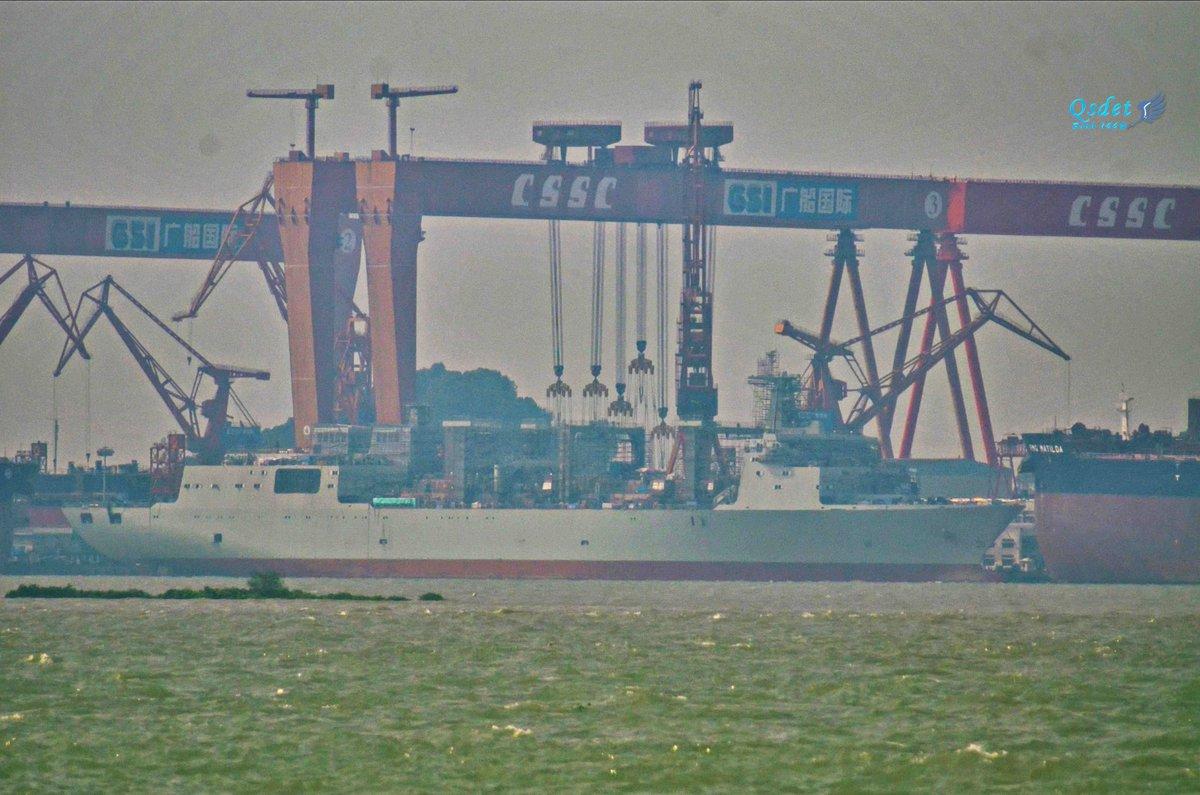 Спущенный на воду на верфи Guangzhou Shipyard International Company объединения Guangzhou Shipbuiding Сompany китайской государственной судостроительной корпорации China Shipbuilding State Corporation (CSSC) в Гуанчжоу строящийся для ВМС НОАК второй корабль комплексного снабжения проекта 901. Октябрь 2017 года.