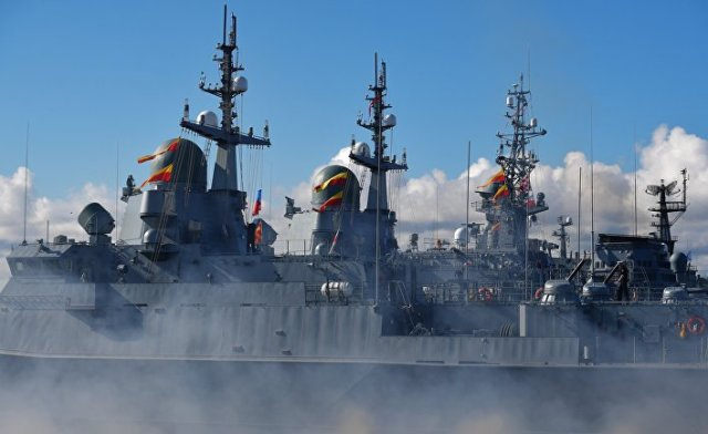 Корабли во время Главного военно-морского парада по случаю Дня Военно-морского флота РФ на Кронштадтском рейде