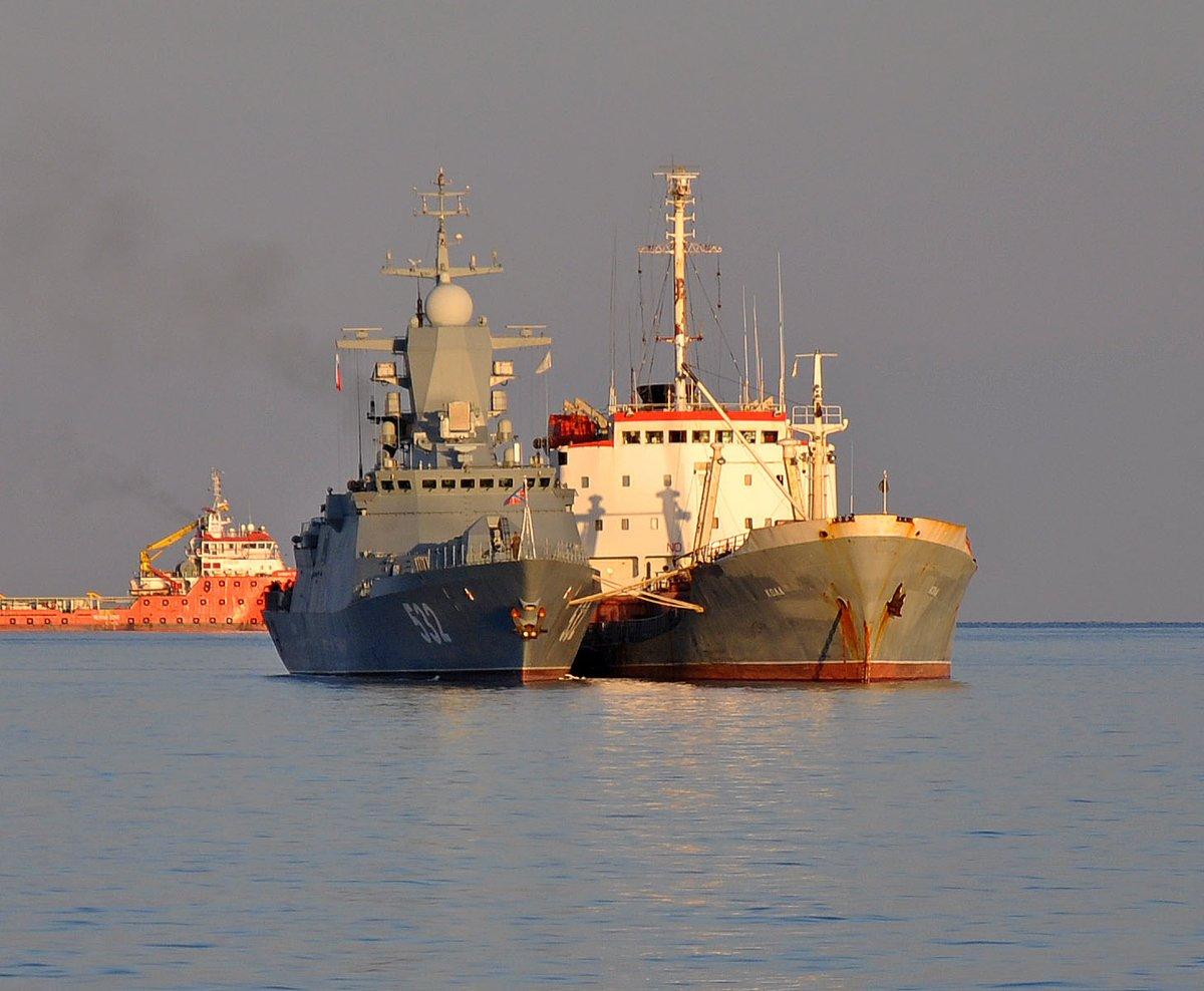 """Корвет """"Бойкий"""" проекта 20380 и средний морской танкер """"Кола"""" проекта 160 ВМФ России на рейде Лимасола (Кипр), 07.11.2017."""