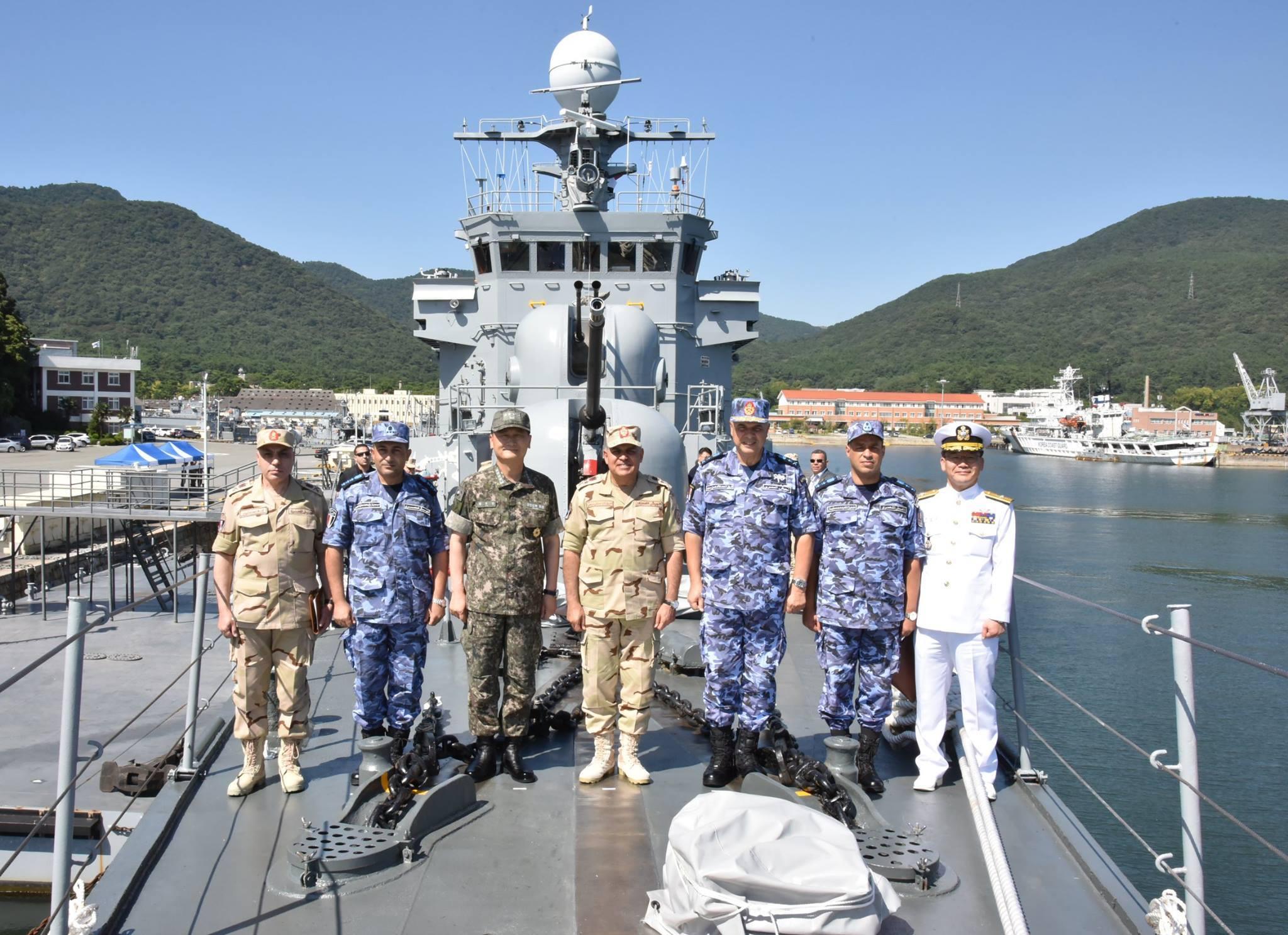 Министр обороны и военной промышленности Египта генерал полковник Седки Собхи на борту передаваемого Египту выведенного из состава ВМС Южной Кореи корвета PCC 763 Jinju (типа Pohang), сентябрь 2017 года.