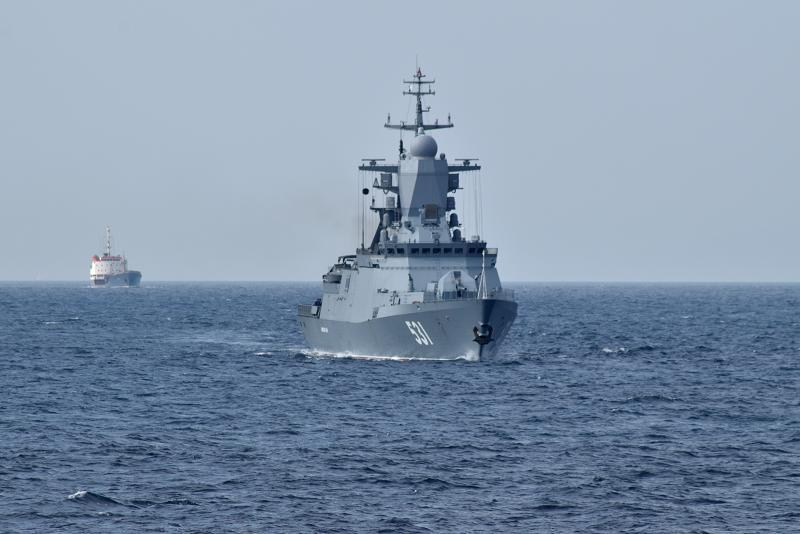 """Корвет """"Сообразительный"""" проекта 20380 и средний морской танкер """"Кола"""" проекта 160 ВМФ России при прохождении Гибралтарским проливом в Средиземное море вечером 28.10.2017."""