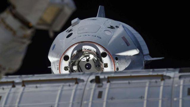Космический корабль Crew Dragon во время стыковки с МКС. 3 марта 2019 года