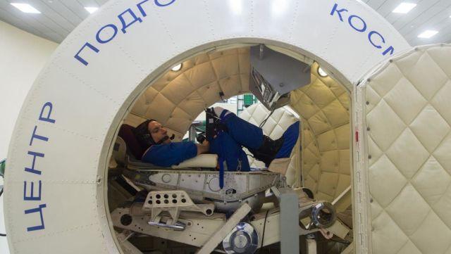 Космонавт на сдаче экзамена по ручному управляемому спуску на тренажёре ТС-7