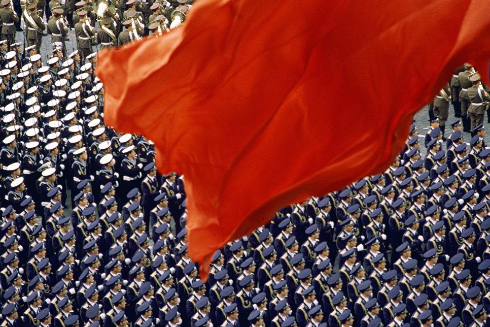 """""""Красный флаг на Красной площади"""". Демонстрация мощи Советской армии на военном параде. Москва, 1988. Почетный диплом World Press Photo-1988. Голландия."""